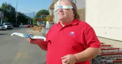 Supermarket employee gives solar glasses to community